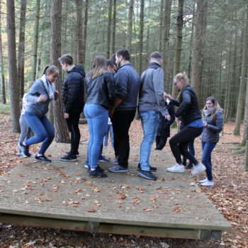 Wirtschaftsakademie – Kommunikation beim Teamtraining ist wichtig.