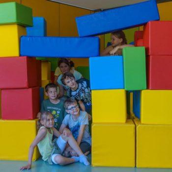Schülergruppe mit großen Bausteinen bei MINTphilmal