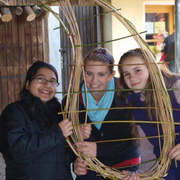 Drei Jugendliche mit Naturmaterialien