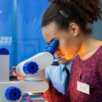 Mädchen mit Mikroskop