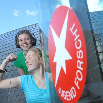 Jugend forscht – Jugendliche vor dem Logo