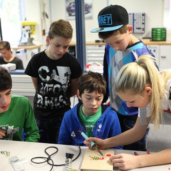Technik, Zukunft in Bayern – Schülergruppe beim Löten