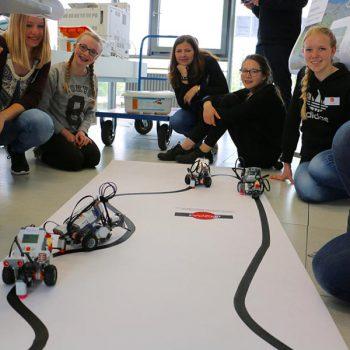 Technik, Zukunft in Bayern – Schülerinnen mit Rennparcours