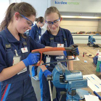 Technik, Zukunft in Bayern – zwei Schülerinnen in der Werkstatt