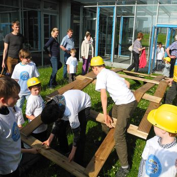 VDIni Club Bayreuth – Kinder bauen eine Holzbrücke