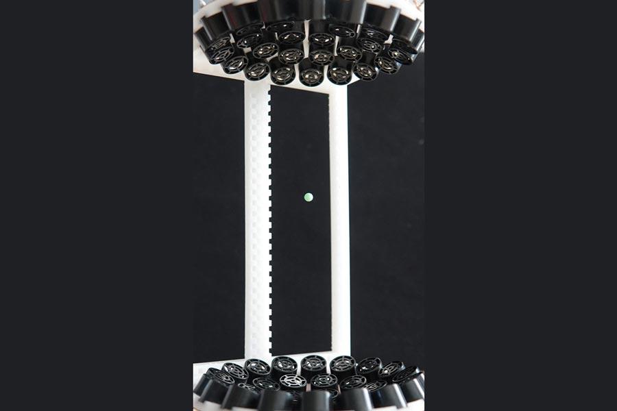 Schwebender Kunststoffball
