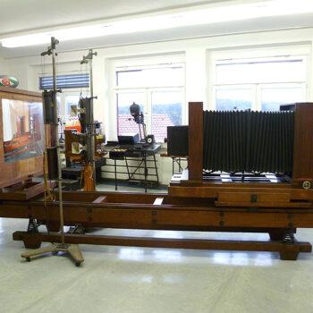 Das größte Exponat im Museum: die 4,40 Meter lange hölzerne Reprokamera Falz